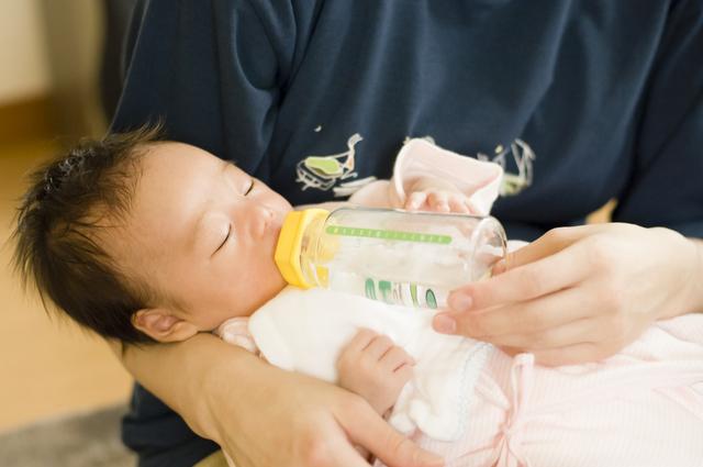 子育てママ必見!赤ちゃんに与える1日の水分量は?